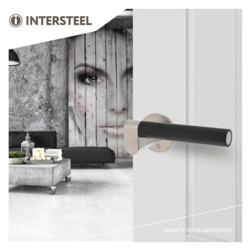 Intersteel deurklink Erik Munnikhof Dock Black met rozet INOX geborsteld - Sfeerbeeld